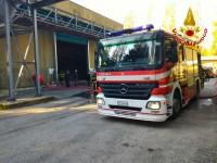 Vigili del fuoco spengono incendio ecoballe nello Stir di Pianodardine.