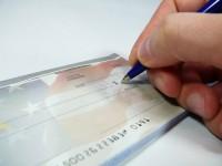 Assegni falsi riciclati con funzionari di banca compiacenti.