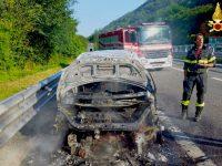 Auto di militari prende fuoco, intervengono Vigili del Fuoco.