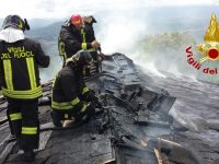 Abitazione dichiarata inagibile per l'incendio del tetto in legno