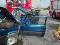 Scontro tra autoarticolato e Fiat Panda: un ferito
