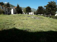 Cervinara. Dopo la nostra segnalazione tagliata l'erba nel cimitero, ora fornire custode di cartellino identificativo e abiti idonei.