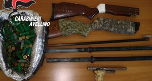 Armi clandestine e munizioni occultate in casa: arrestato un 33 enne