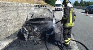 Autovettura in transito su A 16 prende fuoco.