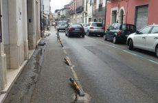 Cervinara. In Via Roma auto contro paletti delimitano carreggiata.