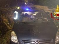 Cade un albero su un auto, uomo resta incastrato.