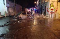 Auto finisce contro un muro e prende fuoco, ferito il conducente.