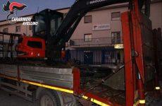 Carabinieri recuperano escavatore ed altra refurtiva