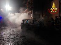 Auto in fiamme, danneggiata anche facciata di un palazzo.