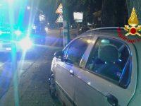 Auto finisce contro palo pubblica illuminazione, ferito un uomo.