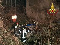 Auto finisce in una scarpata, feriti quattro giovani