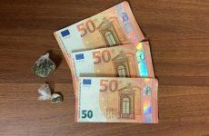 In un bar tenta di pagare con una banconota falsa da 50 euro.