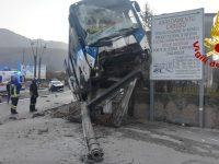 Bus ed auto coinvolte in un incidente stradale.