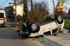 Quattro persone ferite in un incidente stradale.